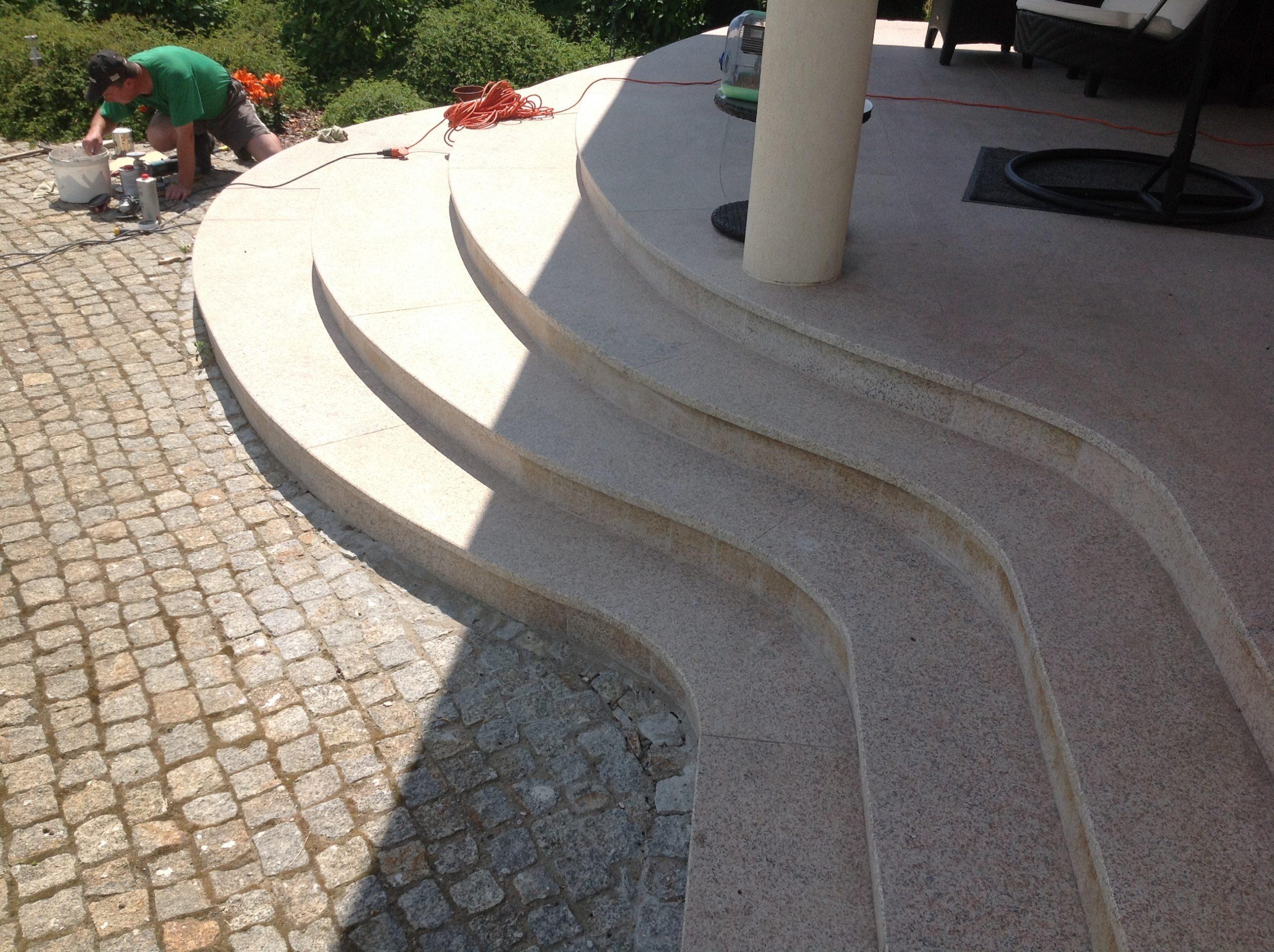 Taras i schody z granitu Yellow Pink